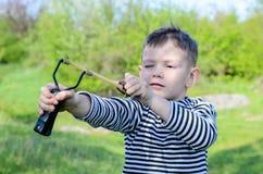 Junge, der Riemen-Schuss zielt lizenzfreie stockbilder