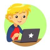 Junge, der rotes und blaues Hemd unter Verwendung dunklen Grey Laptops trägt Lizenzfreies Stockfoto