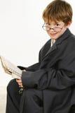 Junge in der sackartigen Klage-Lesezeitung Lizenzfreie Stockfotos