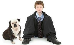 Junge in der sackartigen Klage mit Bulldogge Lizenzfreie Stockfotografie