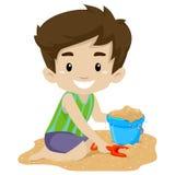 Junge, der Sand spielt Stockfoto
