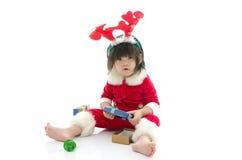 Junge, der Santa Claus-Uniform trägt Stockbild
