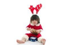 Junge, der Santa Claus-Uniform trägt Stockfotos