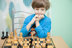 Junge, der Schach spielt Lizenzfreies Stockbild