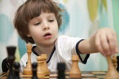Junge, der Schach spielt Lizenzfreie Stockbilder