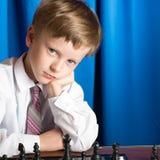 Junge, der Schach spielt Lizenzfreie Stockfotos