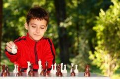 Junge, der Schachspiel spielt Stockfoto