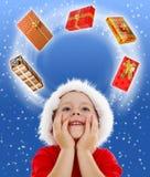 Junge, der schaut, um den Platz zu kopieren umgeben durch Geschenke Stockfotografie