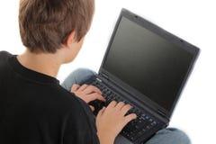 Junge, der Schossoberseite verwendet Lizenzfreie Stockfotos
