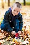Junge, der Schuhspitzee bindet Lizenzfreie Stockfotografie