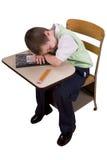 Junge, der am Schuleschreibtisch schläft Stockfotos