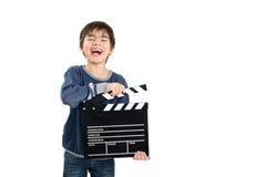 Junge, der schwarzes clapperboard hält Stockfotografie