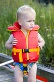 Junge in der Schwimmweste Stockfotografie