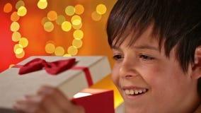 Junge, der sein anwesendes Traumweihnachten erhält stock footage