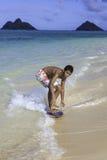Junge, der sein skimboard reitet Lizenzfreie Stockfotos