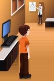 Junge, der seine Augen im Doktorbüro überprüfen lässt Stockbild