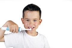 Junge, der seine elektrische Zahnbürste der Zähne bürstet Lizenzfreie Stockfotos