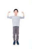 Junge, der seine Energie über Weiß zeigt Stockbilder