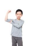Junge, der seine Energie über Weiß zeigt Stockfotografie