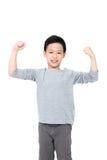 Junge, der seine Energie über Weiß zeigt Stockfoto