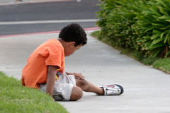 Junge, der seine Kruste examing ist lizenzfreies stockbild