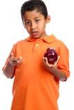 Junge, der seine Nahrung wählt Lizenzfreie Stockbilder