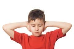 Junge, der seine Ohren blockt lizenzfreie stockfotos