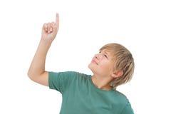 Junge, der seinen Finger anhebt und oben schaut Stockfoto