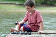 Junge, der Shells zählt lizenzfreies stockfoto