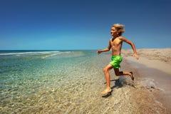 Junge, der sich vorbereitet, in das Meer zu springen stockbilder