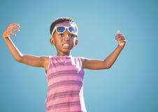 Junge in der Sonnenbrille teilt gegen blauen Hintergrund aus Stockfotos