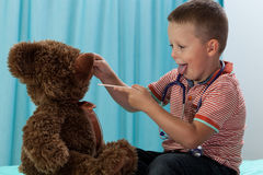 Junge, der Spaß im Büro des Kinderarztes hat Stockfotos