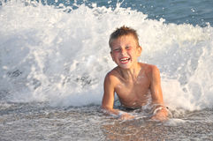 Junge, der Spaß im Meer hat lizenzfreie stockfotos