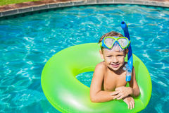 Junge, der Spaß im Swimmingpool hat Lizenzfreies Stockfoto