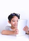 Junge, der Spiele auf Tablette spielt Lizenzfreie Stockfotografie
