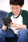 Junge, der Spiele spielt Lizenzfreies Stockbild