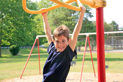 Junge, der am Spielplatz spielt Lizenzfreie Stockbilder