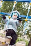Junge, der am Spielplatz spielt Lizenzfreie Stockfotos