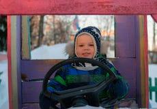 Junge, der Spielzeugauto antreibt Stockbilder