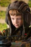 Junge, der Spielzeugmilitärbehälter spielt stockfotografie