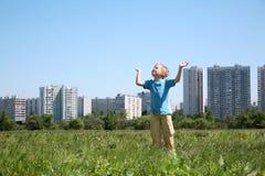 Junge in der Stadt Stockbilder