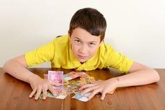 Junge, der stolz sein Geld zeigt lizenzfreies stockbild