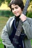 Junge, der stolz seine accoustic Gitarre vorführt. Stockbilder