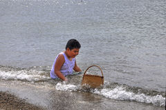 Junge, der am Strand spielt Lizenzfreie Stockbilder