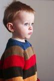 Junge in der Strickjacke Stockfotos