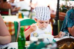 Junge, der Suppe isst lizenzfreie stockfotos