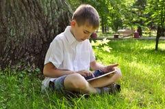 Junge, der Tablette-PC verwendet Stockfoto