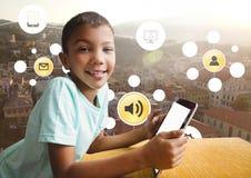 Junge, der Tablette und Stadt mit Ikonen apps hält Lizenzfreie Stockfotos