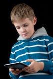 Junge, der Tablette verwendet Lizenzfreie Stockfotografie