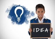 Junge, der Tafel mit Grafiken des Ideentextes und der Glühlampe hält Stockfotografie